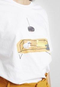 Merchcode - LADIES SOFA CAT TEE - T-shirt con stampa - white - 5