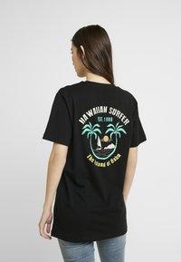 Merchcode - LADIES HAWAIIAN SURFER TEE - T-shirt imprimé - black - 0