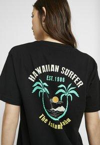 Merchcode - LADIES HAWAIIAN SURFER TEE - T-shirt imprimé - black - 5