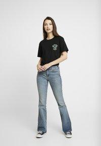 Merchcode - LADIES HAWAIIAN SURFER TEE - T-shirt imprimé - black - 1