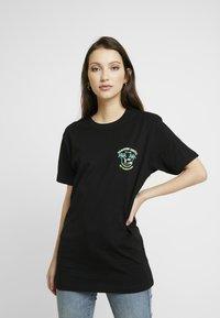 Merchcode - LADIES HAWAIIAN SURFER TEE - T-shirt imprimé - black - 2