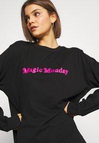 Merchcode - LADIES MAGIC MONDAY SLOGAN LONG SLEEVE - Bluzka z długim rękawem - black - 4