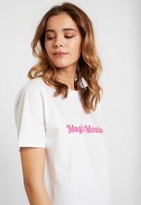 Merchcode - LADIES MAGIC MONDAY SLOGAN TEE - T-shirt imprimé - white - 3