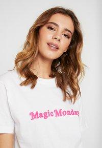 Merchcode - LADIES MAGIC MONDAY SLOGAN TEE - T-shirt imprimé - white - 5