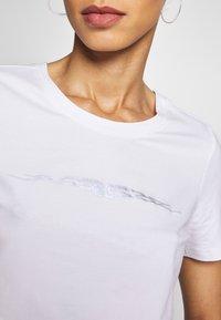 Merchcode - LADIES TRIBAL CROPPED TEE - T-shirt con stampa - white - 4