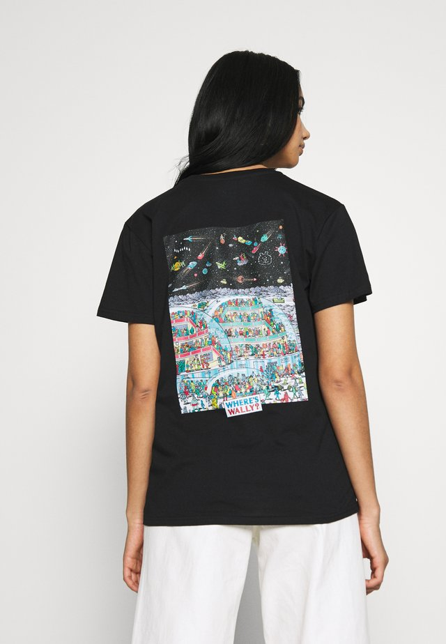 WHERE IS WALLY SPACE TEE - Printtipaita - black
