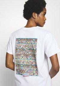 Merchcode - WHERE IS WALLY CORRIDORS OF TIME TEE - T-shirt imprimé - white - 3