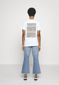 Merchcode - WHERE IS WALLY CORRIDORS OF TIME TEE - T-shirt imprimé - white - 2
