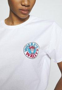 Merchcode - WHERE IS WALLY CORRIDORS OF TIME TEE - T-shirt imprimé - white - 5