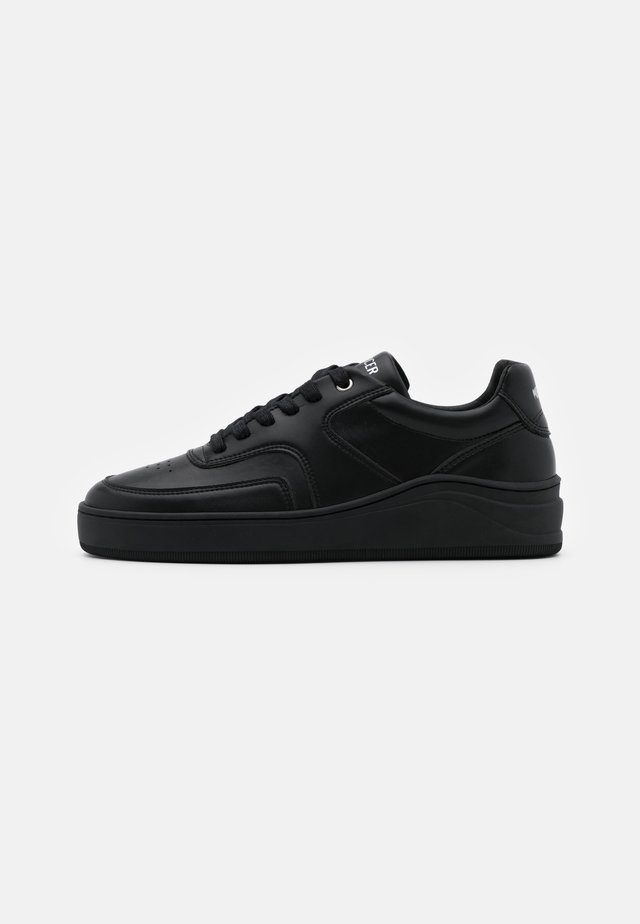 Trainers - all black