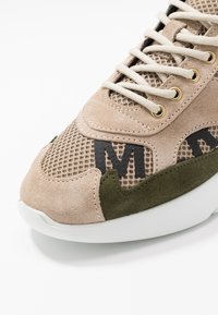 Mercer Amsterdam - W3RD PRINTED - Sneakersy niskie - tan/multicolor - 5