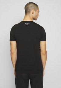 Metissier - METISSIER ORIA  - Print T-shirt - black - 2