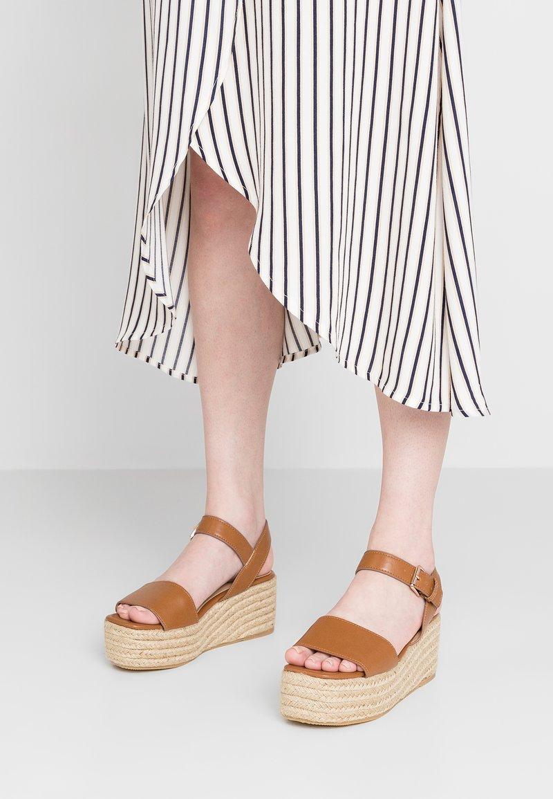 Miss Selfridge - Korkeakorkoiset sandaalit - tan