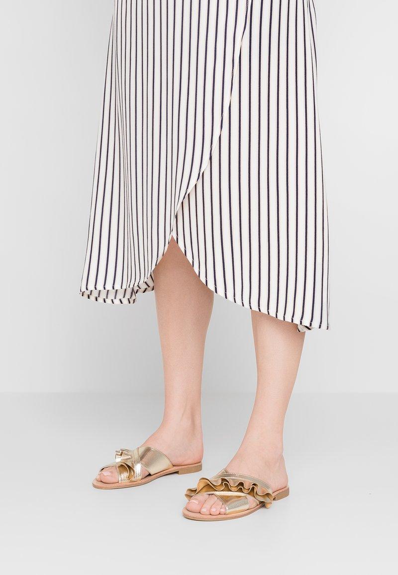 Miss Selfridge - ERINA - Pantolette flach - gold