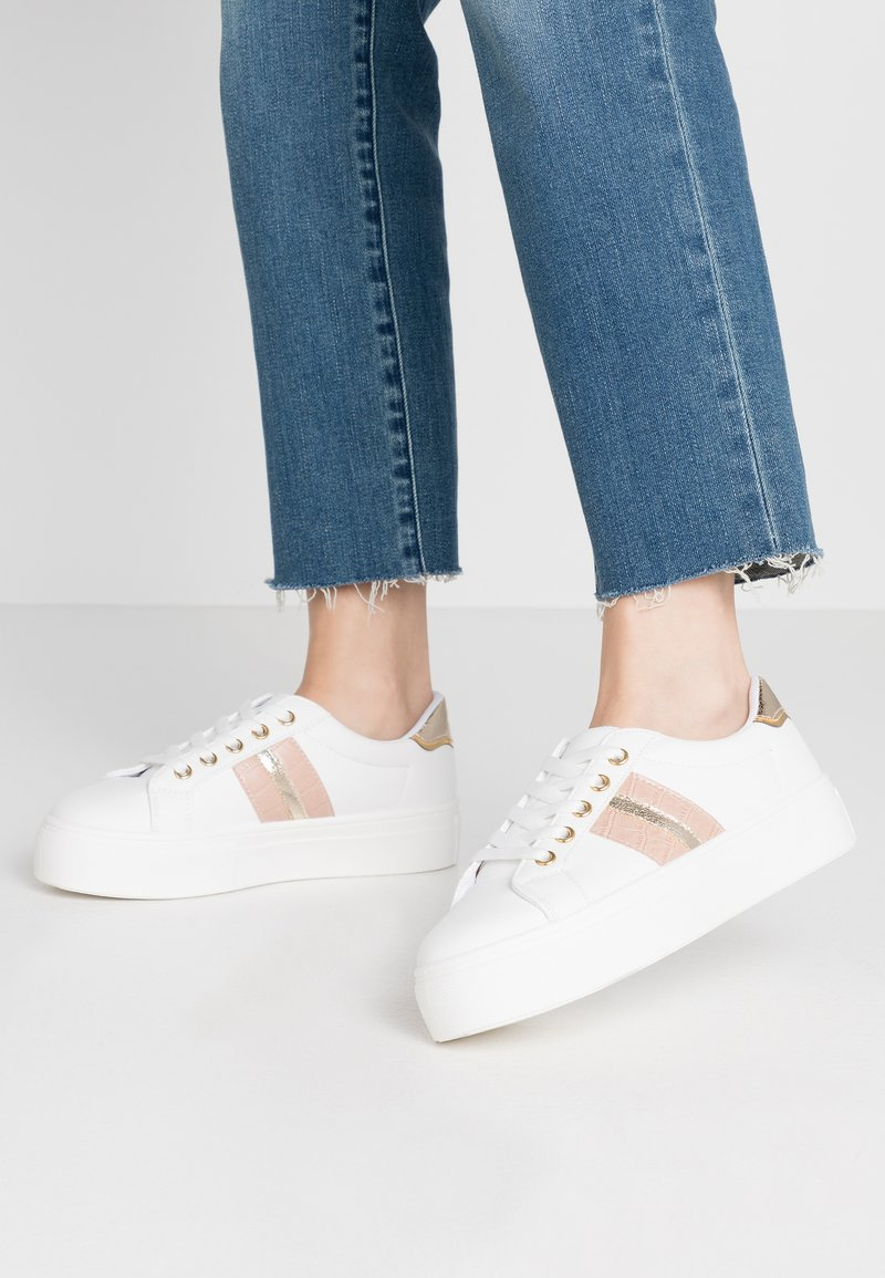 Miss Selfridge - TOVA FLATFORM LACE UP - Sneakers - white/gold