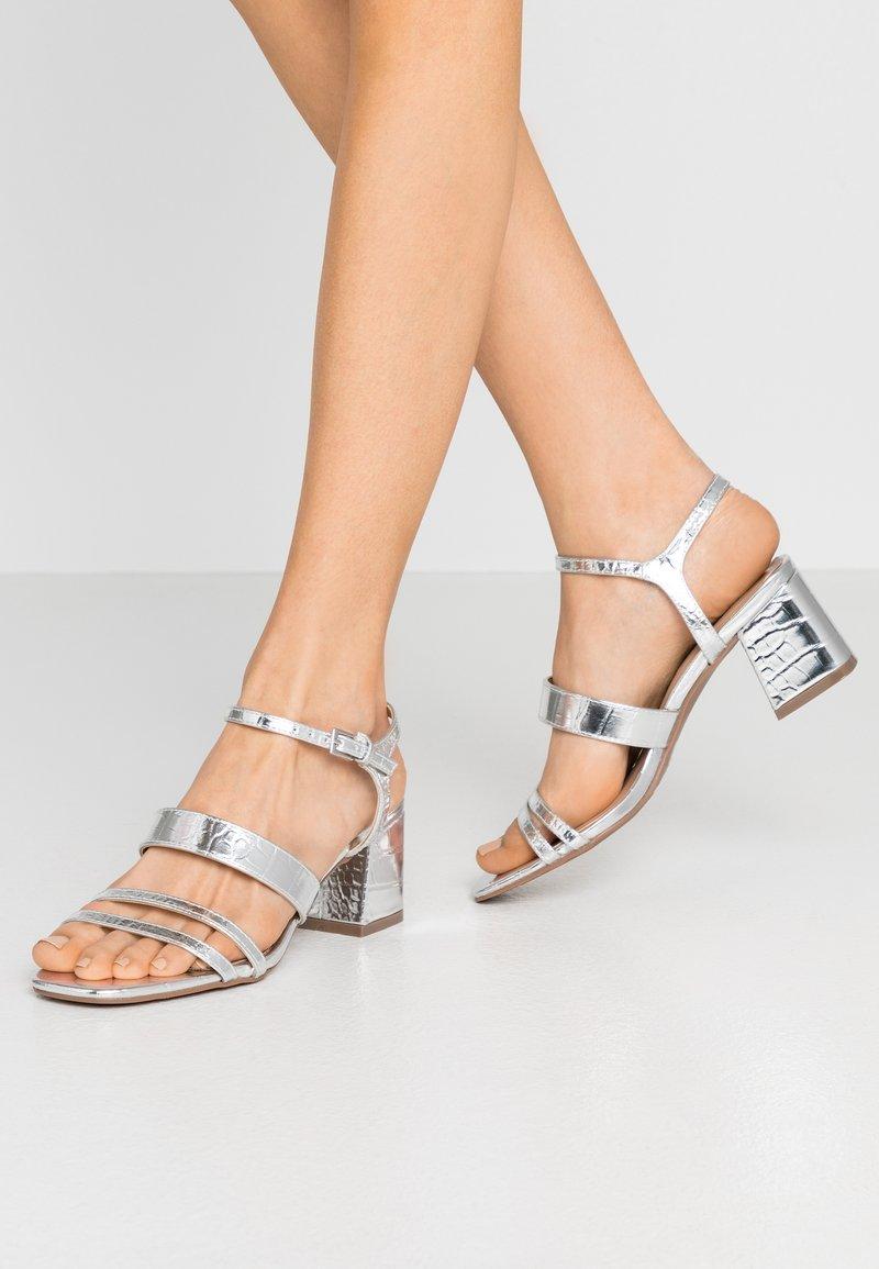 Miss Selfridge - STORMI  LOW BLOCK - Sandalias - silver