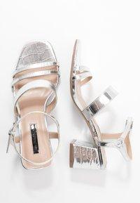 Miss Selfridge - STORMI  LOW BLOCK - Sandalias - silver - 3