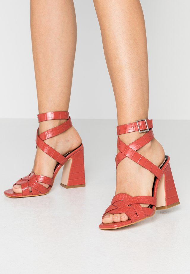 SYDNEY CROC MULTISTRAP FLARED - High heeled sandals - coral