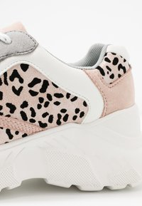 Miss Selfridge - TUCKER CHUNKY TRAINER - Zapatillas - white/pink - 2