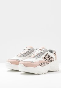 Miss Selfridge - TUCKER CHUNKY TRAINER - Zapatillas - white/pink - 4