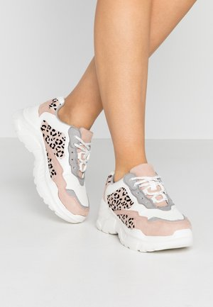 TUCKER CHUNKY TRAINER - Sneakersy niskie - white/pink