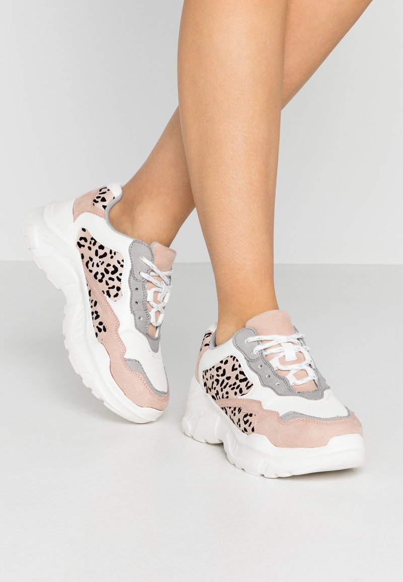 Miss Selfridge - TUCKER CHUNKY TRAINER - Zapatillas - white/pink