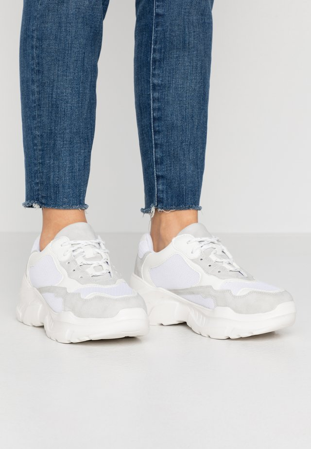 TUCKER CHUNKY TRAINER - Trainers - white/grey