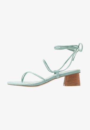 STRAPPY SKINNY - Sandály s odděleným palcem - mint