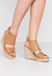 Miss Selfridge - WREN HIVAMP WEDGE - Højhælede sandaletter / Højhælede sandaler - tan - 0