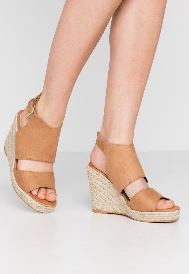 WREN HIVAMP WEDGE - Højhælede sandaletter / Højhælede sandaler - tan