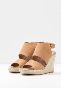Miss Selfridge - WREN HIVAMP WEDGE - Højhælede sandaletter / Højhælede sandaler - tan - 4
