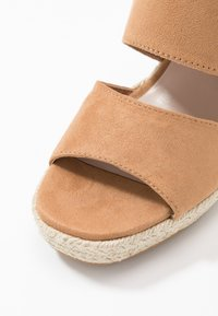 Miss Selfridge - WREN HIVAMP WEDGE - Højhælede sandaletter / Højhælede sandaler - tan - 2