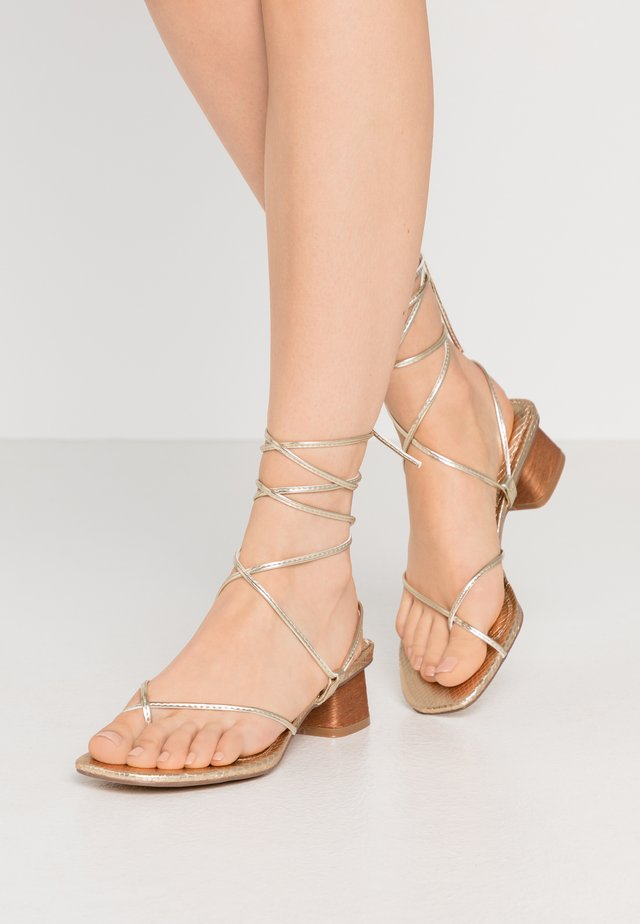 STRAPPY SKINNY HEEL INTEREST  - tåsandaler - gold