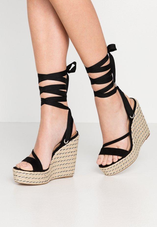 WRAP WEDGE - Korolliset sandaalit - black