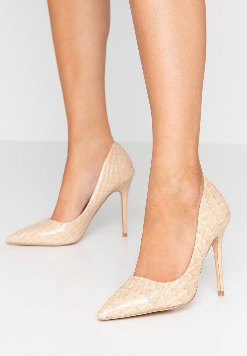 Miss Selfridge - CATERINA CROC COURT SHOE - High Heel Pumps - nude