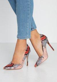 Miss Selfridge - CATERINAPOINTED STILETTO COURT - Lodičky na vysokém podpatku - pink - 0