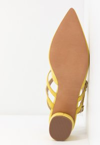 Miss Selfridge - DOUBLE STRAP LOW COURT - Avokkaat - lime - 6