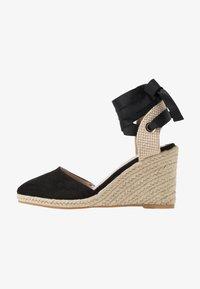 Miss Selfridge - WINNY ANKLE TIE CLOSE TOE WEDGE - Sandály na vysokém podpatku - black - 1