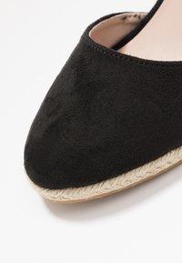 Miss Selfridge - WINNY ANKLE TIE CLOSE TOE WEDGE - Sandály na vysokém podpatku - black - 2