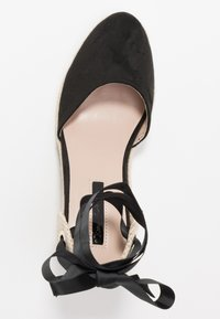 Miss Selfridge - WINNY ANKLE TIE CLOSE TOE WEDGE - Sandály na vysokém podpatku - black - 3
