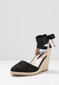 Miss Selfridge - WINNY ANKLE TIE CLOSE TOE WEDGE - Sandály na vysokém podpatku - black - 4