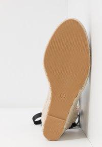 Miss Selfridge - WINNY ANKLE TIE CLOSE TOE WEDGE - Sandály na vysokém podpatku - black - 6