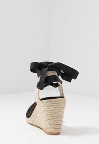 Miss Selfridge - WINNY ANKLE TIE CLOSE TOE WEDGE - Sandály na vysokém podpatku - black - 5