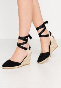 Miss Selfridge - WINNY ANKLE TIE CLOSE TOE WEDGE - Sandály na vysokém podpatku - black - 0
