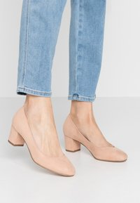 Miss Selfridge - CLEMENTINE ROUND TOE COURT - Pumps - blush/beige - 0