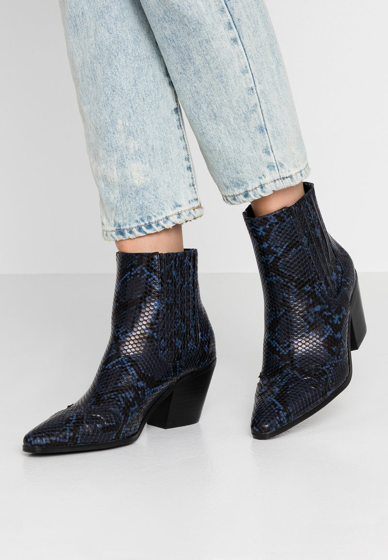 Miss Selfridge - BEWITCH PULL ON WESTERN - Ankle Boot - blue