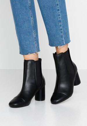 ROUND HEEL CHELSEA BOOT - Korte laarzen - black