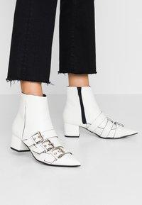 Miss Selfridge - TRIPLE BUCKLE LOW BLOCK BOOT - Botines - white - 0
