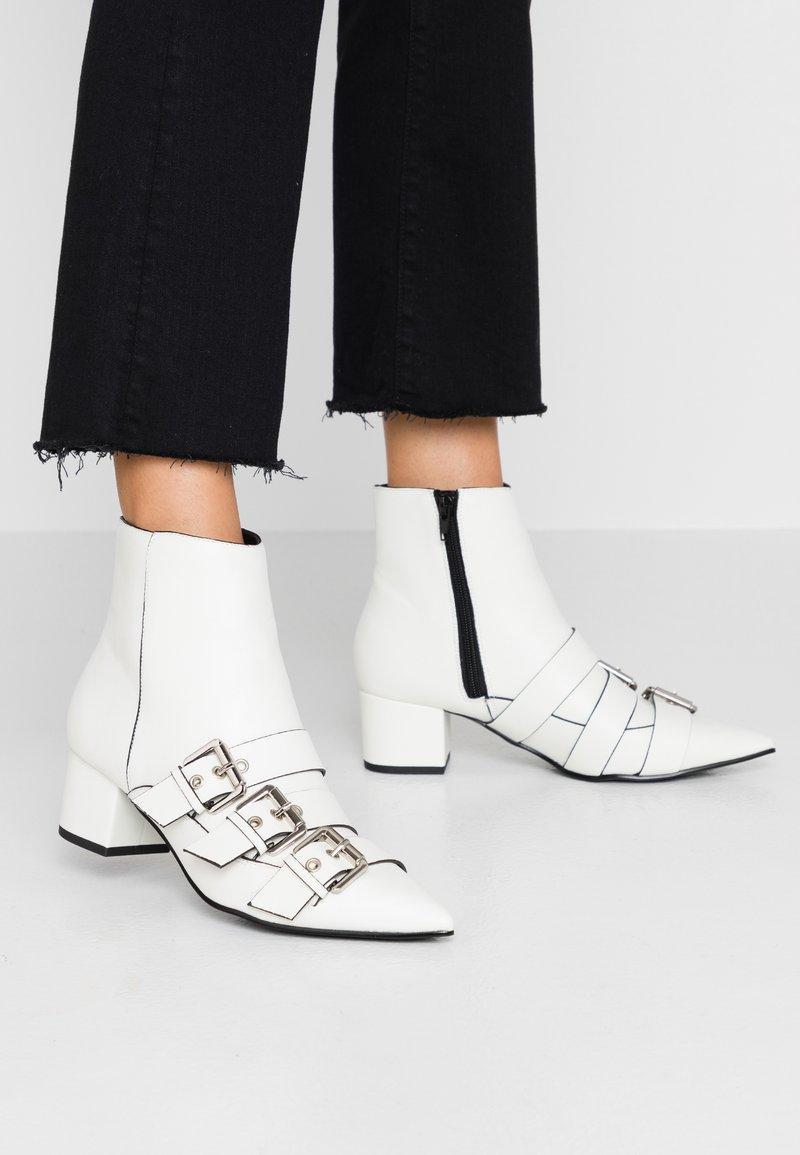 Miss Selfridge - TRIPLE BUCKLE LOW BLOCK BOOT - Botines - white