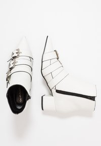 Miss Selfridge - TRIPLE BUCKLE LOW BLOCK BOOT - Botines - white - 3